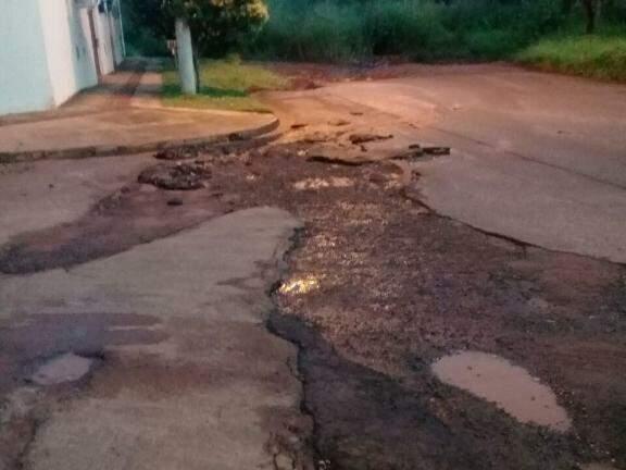 A chuva levou parte do asfalto na rua Traíra. (Foto: Direto das Ruas)