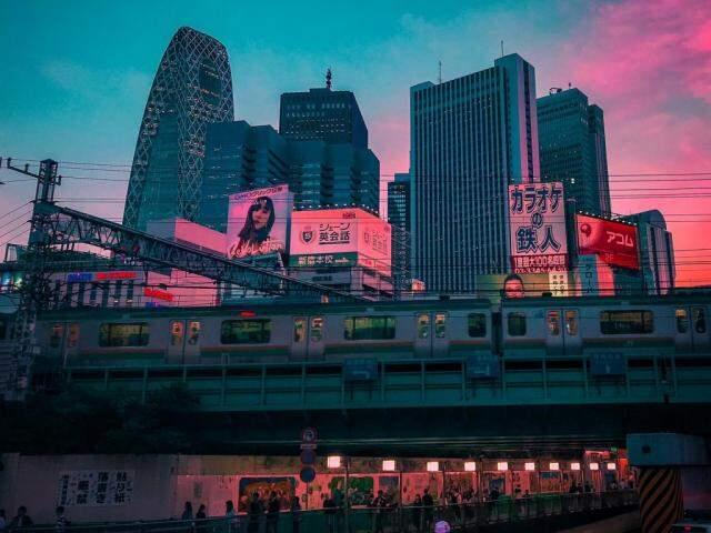 Renato observa e clica as cores de Tóquio. (Foto: Renato Munhoz)