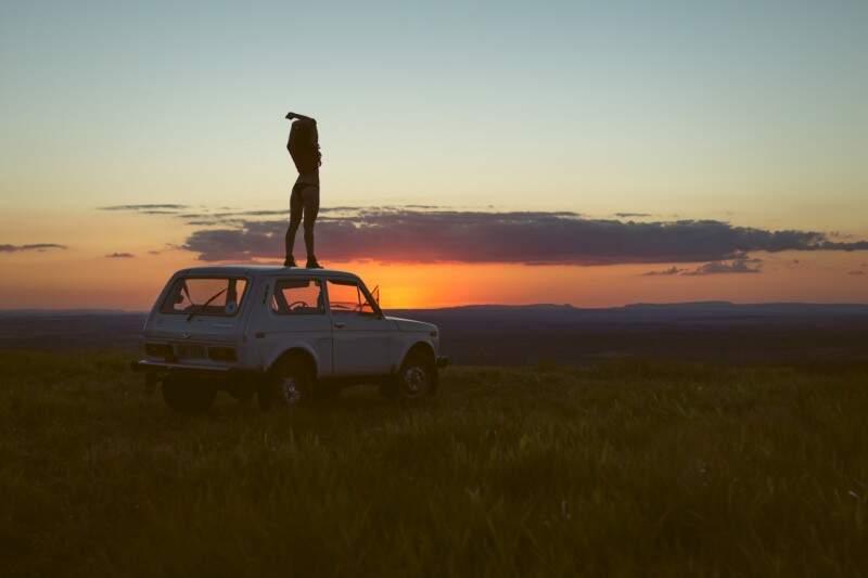 Modelo posou nua para fotógrafo em cima do carro que está na família há anos (Foto: André Patroni)