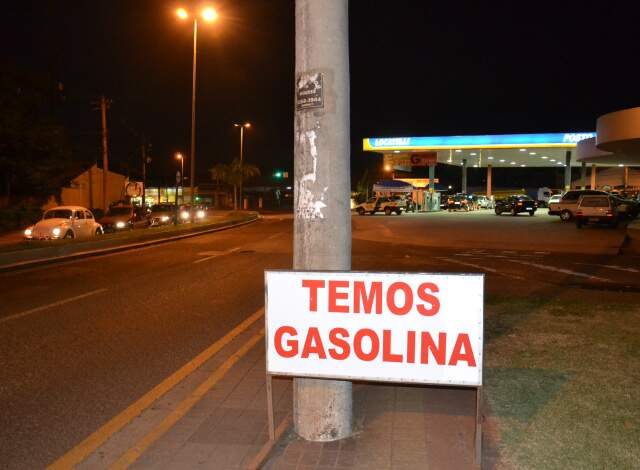 Posto de combustível anuncia o que seria impensado em tempos normais: que tem gasolina para vender.