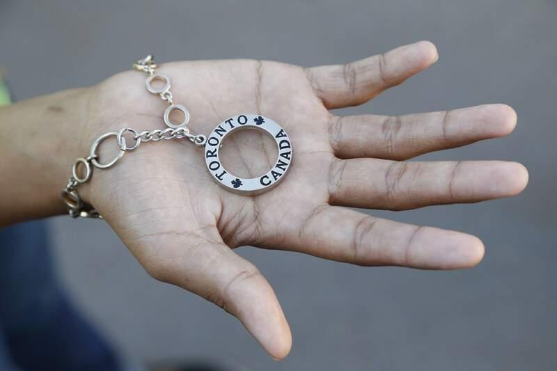 Nas mãos de irmã, está o presente vindo do abrigo, de uma amiga. (Foto: Gerson Walber)