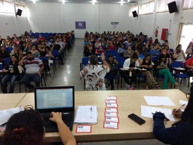 Professores de Dourados reunidos nesta manhã para avaliar proposta da prefeitura (Foto: Divulgação)