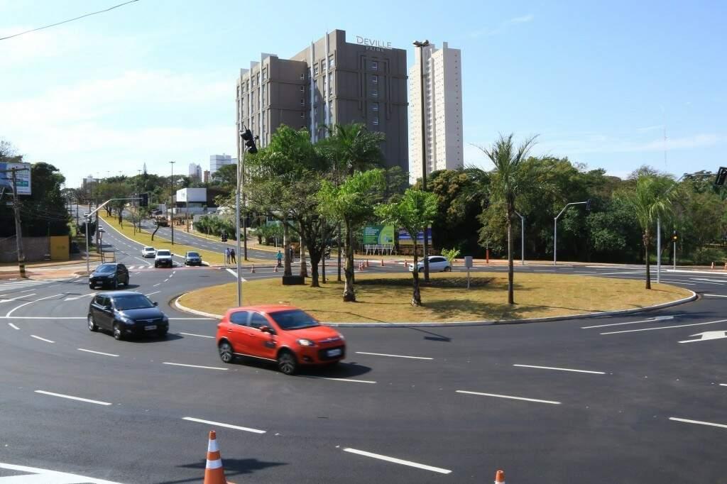 Rotatórias, como a da Via Parque com a Mato Grosso, não podem ter propaganda eleitoral. (Foto: Arquivo)