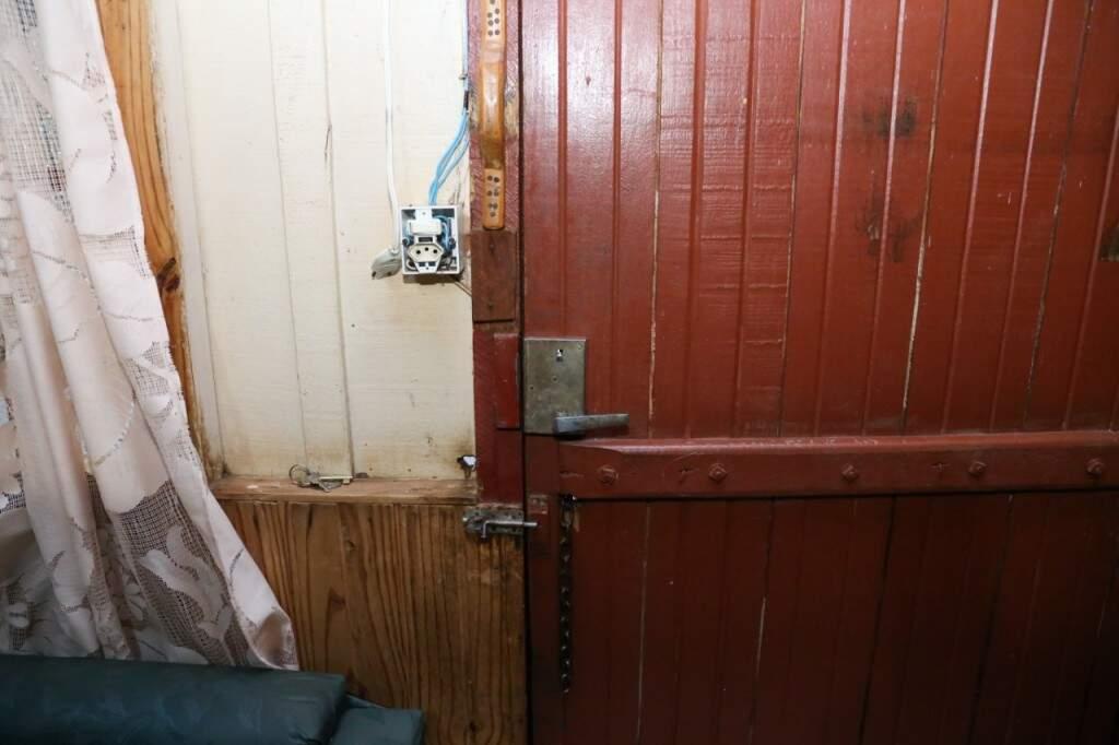 Das trancas aos interruptores, nada foi mexido. O quarto de Leonilda é suíte e todas os cinco cômodos são bem espaçosos. (Foto: Paulo Francis)
