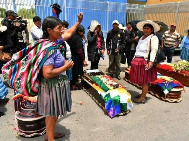 Manifestantes velam mortos em confronto no departamento de Cochabamba (Foto: Empresa Editora El Comercio/Bolívia)