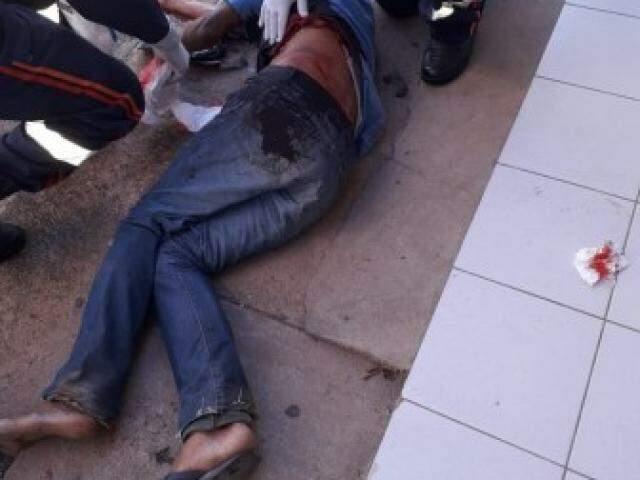 Técnicos do Samu prestando o atendimento à vítima. (Foto: Diário Corumbaense)