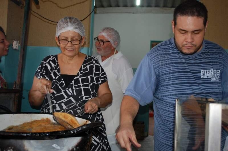 Pai, mãe e filhos tocam juntos o negócio.  (Foto Pedro Peralta)