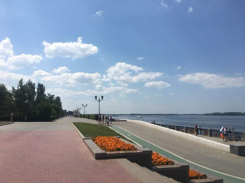 Início da tarde deste domingo com o calçadão vazio na praia de Samara, poucos se arriscam a se expor ao sol escaldante