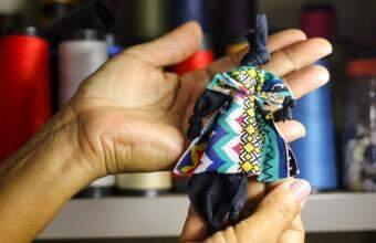 """Bonecas """"abayomi"""", tradição de resistência, são usadas em projeto contra violência doméstica (Foto: André Bittar)"""