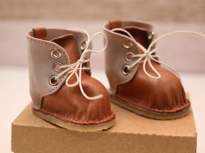 A delicadeza das miniaturas é tanta que facilmente são confundidas com sapatinhos de criança (Foto: Paulo Francis)