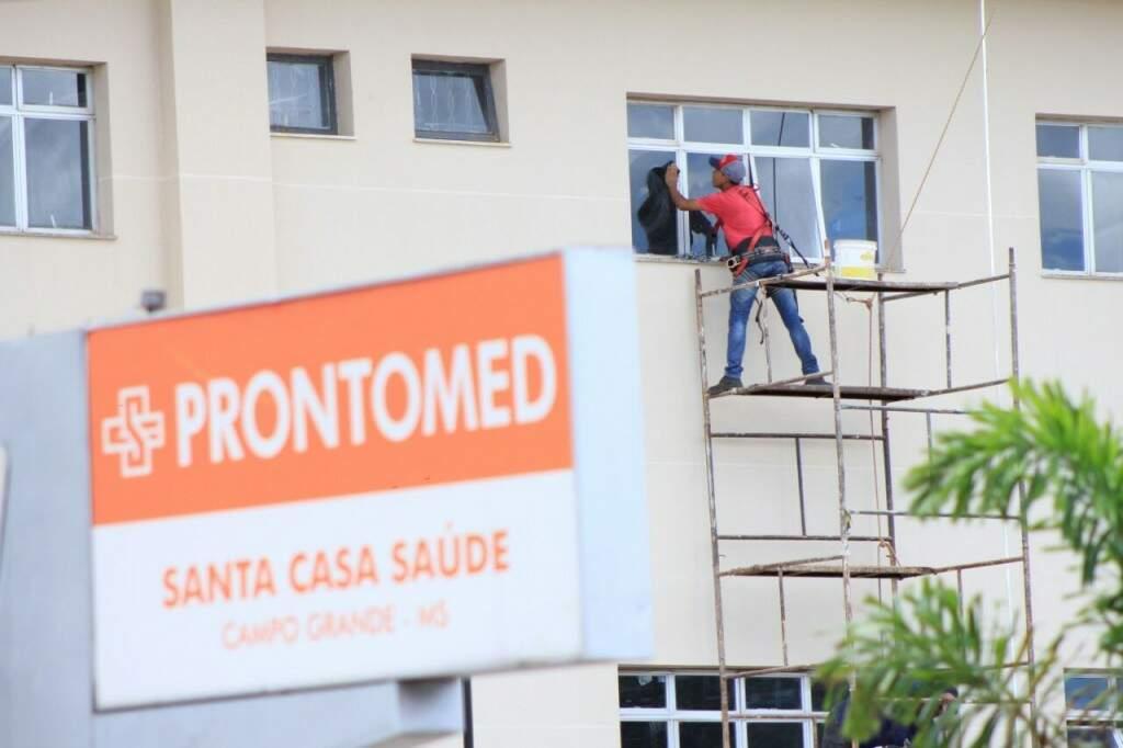 Equipes fazem os últimos ajustes em obra do Hospital do Trauma (Foto: Marina Pacheco)