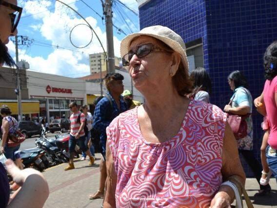 Aposentada Dair Fernandes, de 75 anos, compra presentes aos poucos para não se cansar. (Foto: Simão Nogueira)