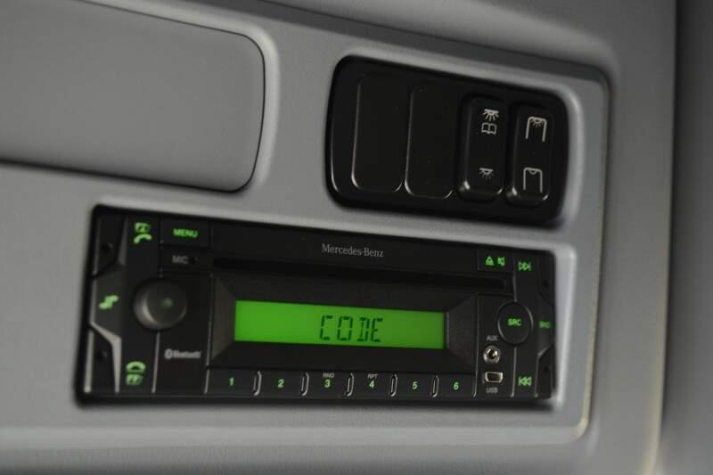 Som ainda vem com CD, mas também tem USB e comando do áudio no volante