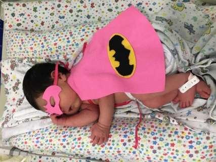 """Ensaio reúne """"super-heróis"""" prematuros que lutam pela vida em maternidade"""