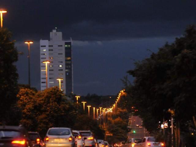 Nuvens carregadas fizeram o dia escurecer mais cedo na segunda-feira, em Campo Grande (Foto: Alcides Neto)