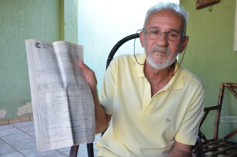 Barba mostra a escritura da casa que pegou a qual mora desde o Natal de 1981. (Foto: Vanessa Tamires)