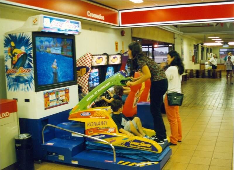 Pelos corredores, jogos eletrônicos e fliperamas. (Foto: Arquivo Pessoal)