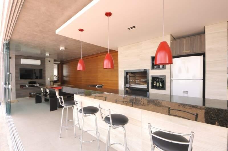 O espaço gourmet é integrado com a cozinha e sala de estar. (Foto: Alcides Neto)