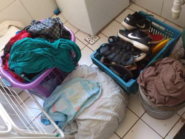 Na casa de Ana Rita, pilha de roupas sujas só aumenta (Foto: Direto das Ruas)