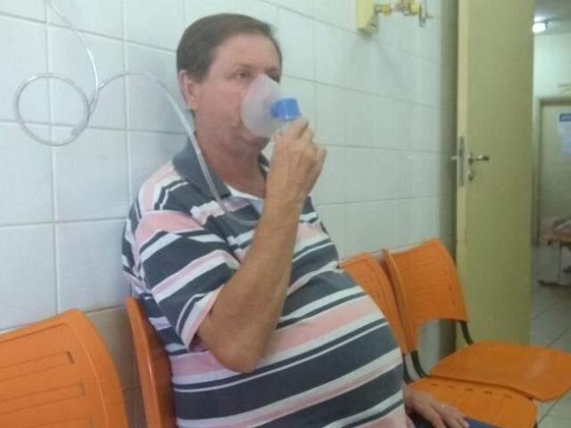 José Alberto teve que fazer pelo menos três sessões de inalação para pode respirar melhor (Foto: Richelieu de Carlo)
