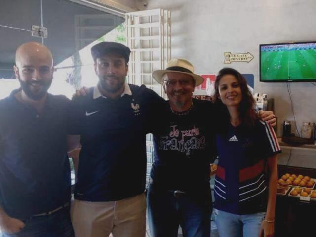 Amigos na torcida pela França durante o jogo, esta manhã. (Foto: Adriano Fernandes)