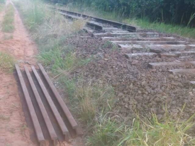 Vigas foram cortadas e deixadas ao lado dos trilhos, sinalizando que o ladrão voltaria para buscá-las (Foto: Direto das Ruas)