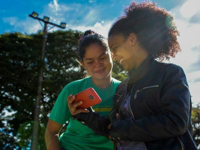 Pelo celular alunas aprendem a fotografar (Foto: Divulgação)