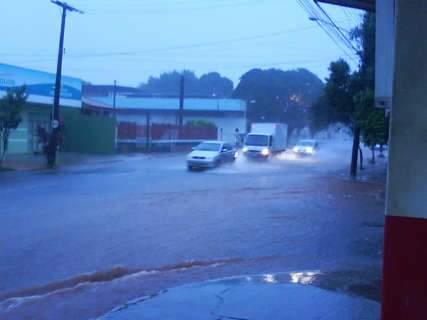 Em 15min de chuva, água invade rua e provoca lentidão no trânsito