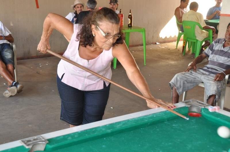 Além de gostar, ela ensina que treinar bastante é o caminho para conseguir levar títulos para casa. (Foto: Marcelo Calazans)