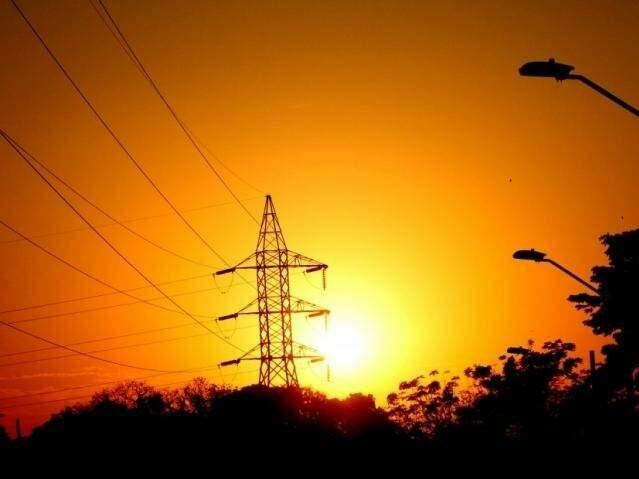 Ao por do sol, rede de alta tensão em um dos pontos que abastece Campo Grande.(Foto: Saul Schramm/Arquivo).