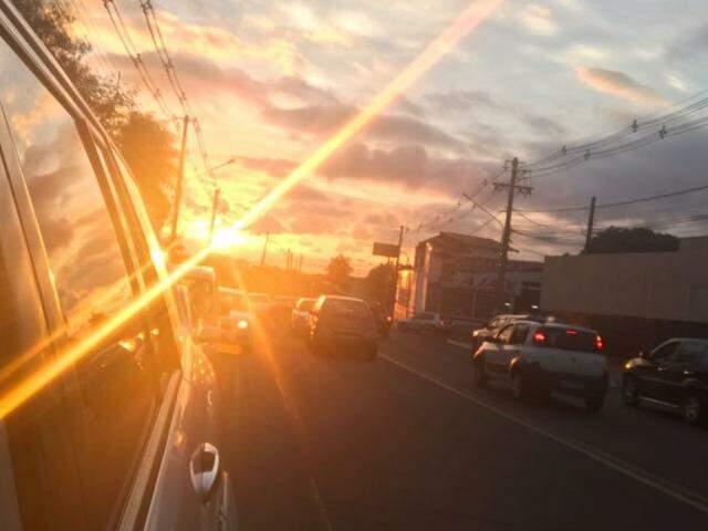 Sol indo embora na última sexta-feira de verão, em Campo Grande (Foto: Lucimar Couto)