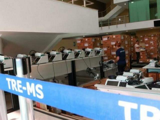 Urnas eletrônicas passam por revisão para encararem o segundo turno. (Foto: Henrique Kawaminami)