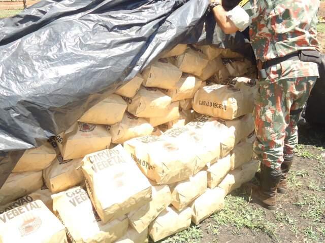 Policiais apreenderam 10 m³ de carvão de origem de madeira nativa produzido ilegalmente. (Foto: Divulgação)