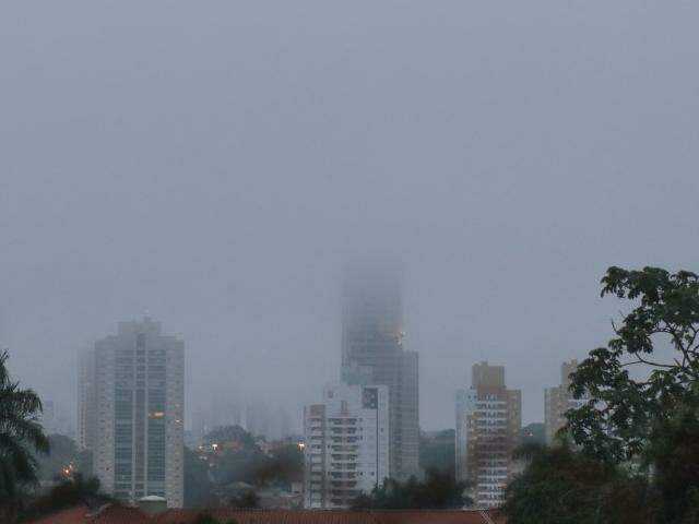 Em Campo Grande o dia amanheceu com cerração e a previsão de é queda na temperatura. (Foto: Henrique Kawaminami)