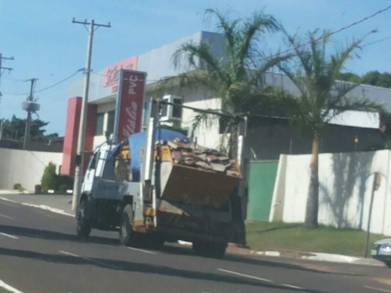 Flagrante ocorreu ontem (25) e caminhão oferecia riscos. (Foto: Repórter News)