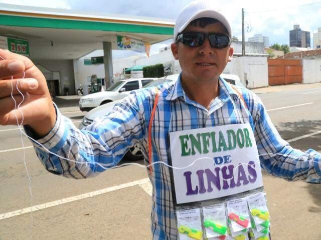 Depois de ser roubado durante viagem, peruano vende o apetrecho para juntar dinheiro e voltar para o Peru. (Foto: Marcos Ermínio)