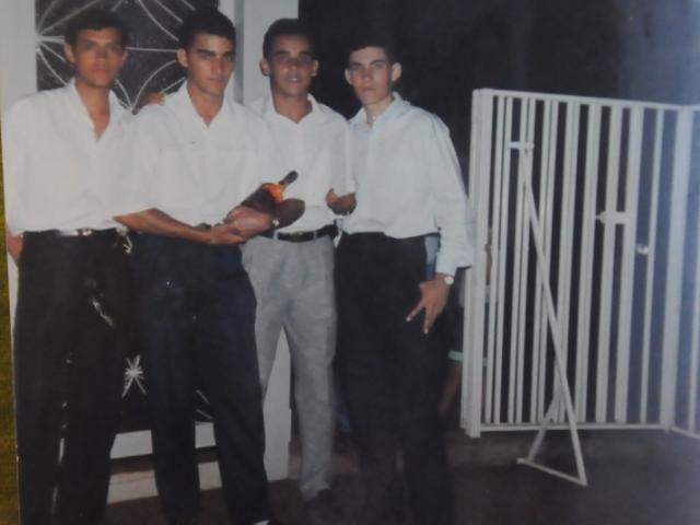 Na foto de 23 anos atrás estão, da esquerda para direta, José, Fábio, Vagner (que não estava na festa) e Rodiedson, o churrasqueiro. (Foto:Paulo Francis)