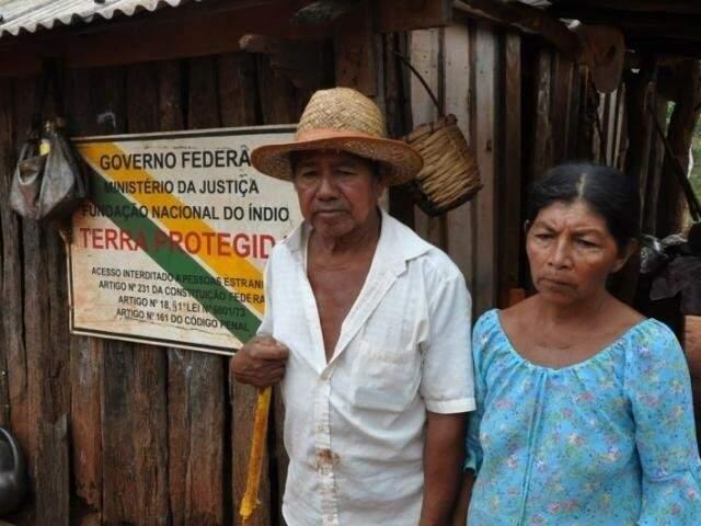 Casal indígena de comunidade de Japorã que espera há quase 30 anos por fim de demarcação. (Foto: MPF/Divulgação)