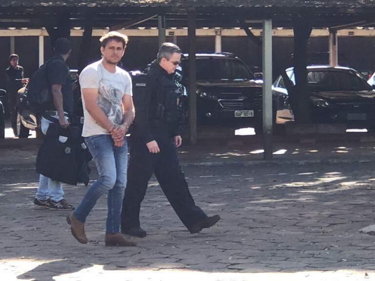 Preso chegando à sede da PF em Campo Grande (Foto: Ronie Cruz)