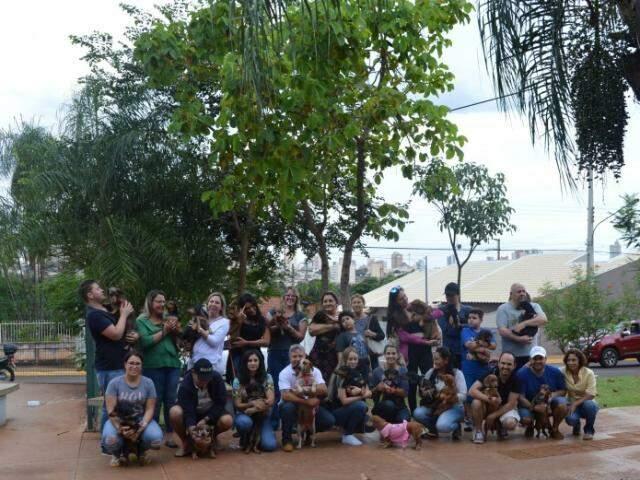 Encontro reuniu 30 cães na Orla Morenae deve acontecer mês sim, mês não, sendo organizado por grupo. (Foto: Thaís Pimenta)