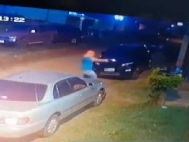 Pistoleiro a pé, atirando contra a advogada, esta noite (13). (Foto: Reprodução)