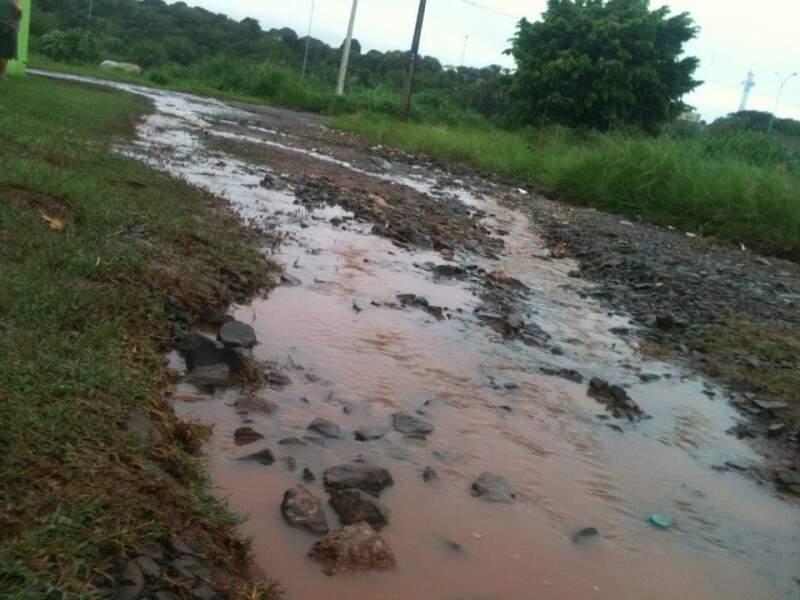 Água se acumula nas valas em rua do Oliveira I. (Foto: Carlos Antônio Pires/Repórter News)