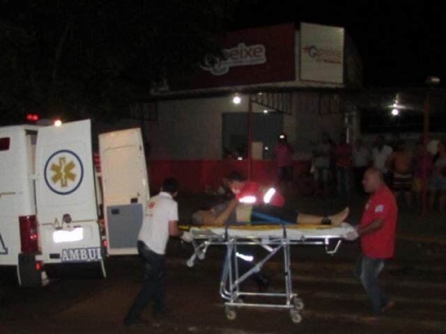 Vítima sendo colocada na ambulância após ser atingido pelos tiros. (Foto: Aislan Nonato)