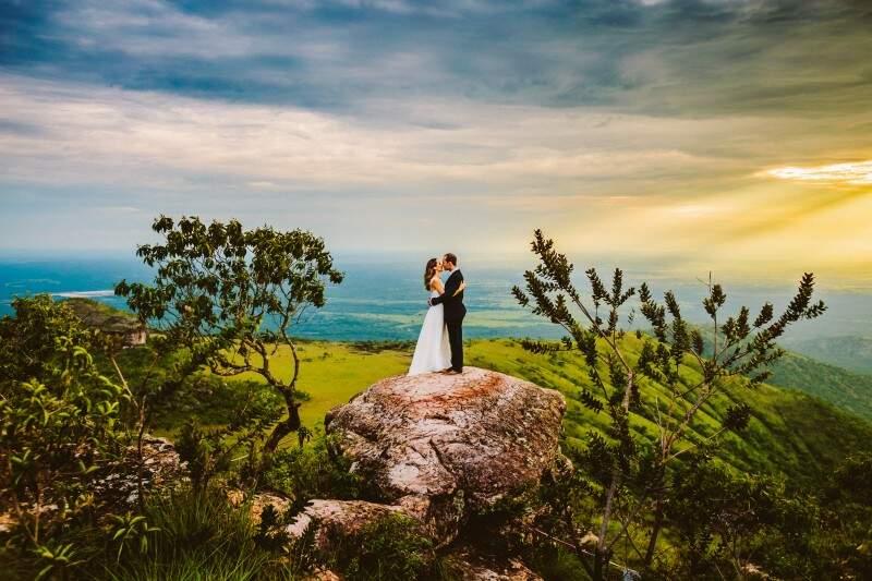 """Além do casamento, noivos ganham ensaio posterior, o """"trash the dress"""". (Foto: Lusival Junior)"""