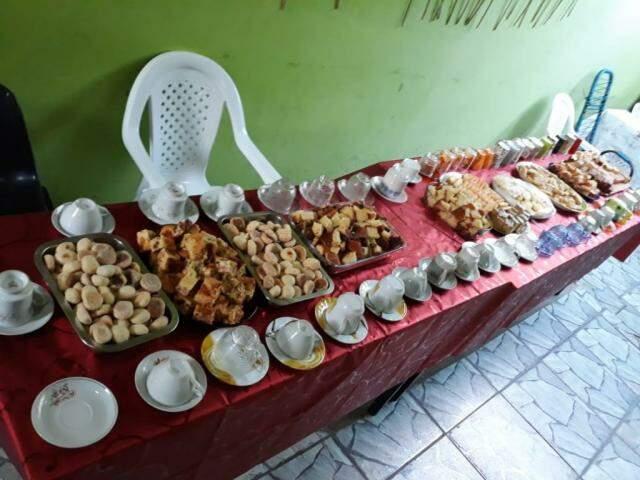 Dona Maria prepara um banquete em sua casa para receber os fiéis (Foto: Arquivo pessoal)