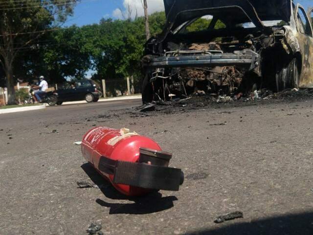 Carro pegou fogo rapidamente e assustou família que pretendia ir para Maracaju (Foto: Liniker Ribeiro)