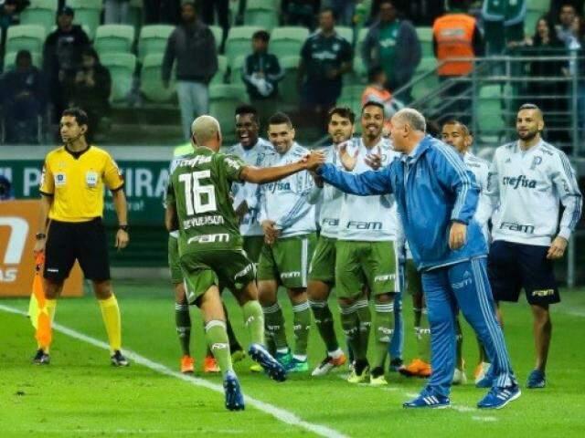 Deyverson cumprimenta o técnico Luiz Felipe Scolari na comemoração (Foto: Divulgação)