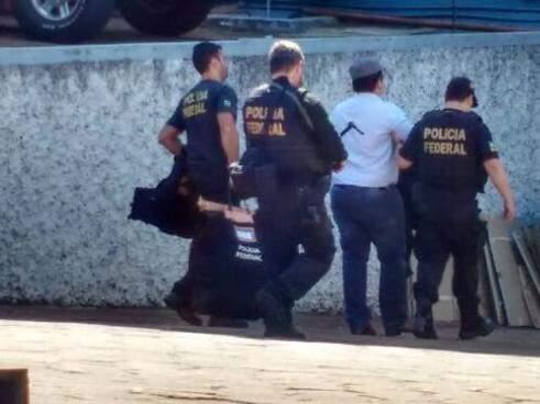 Preso, Celso de Araújo sendo levado para dentro da sede da PF na Capital (Foto: Marcos Ermínio)