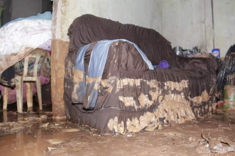 Lama invadiu casa de moradora do Nova Lima e deixou estragos (Foto: Alan Nantes)