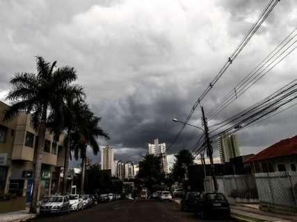 Céu escuro anuncia chuva e Inmet coloca Capital e 75 cidades em alerta